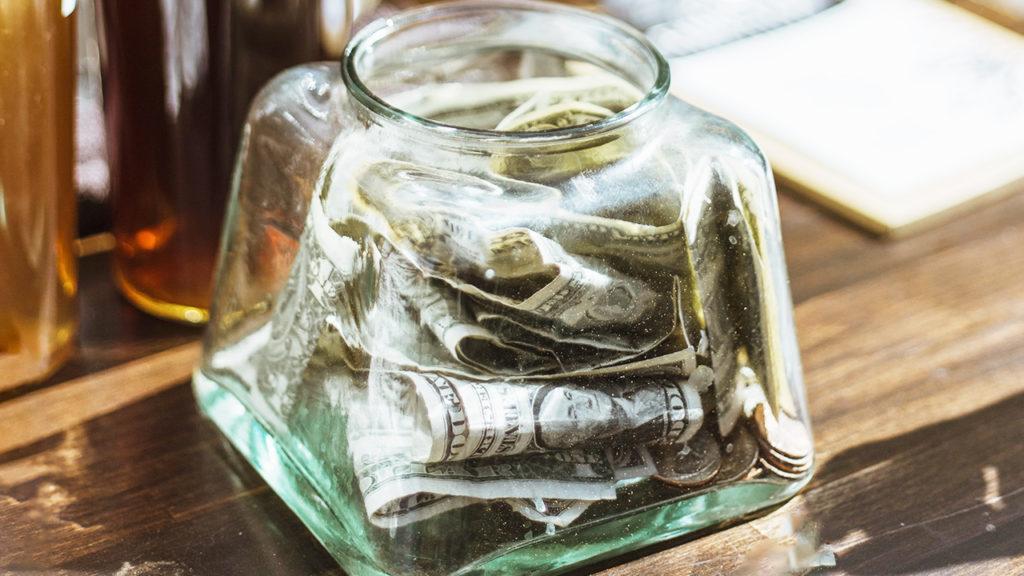 小瓶の中にお札が詰まった画像