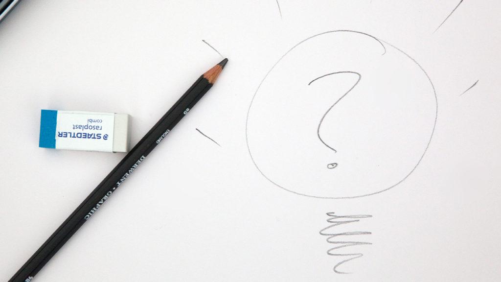 鉛筆でクエスチョンマークが描かれた画像