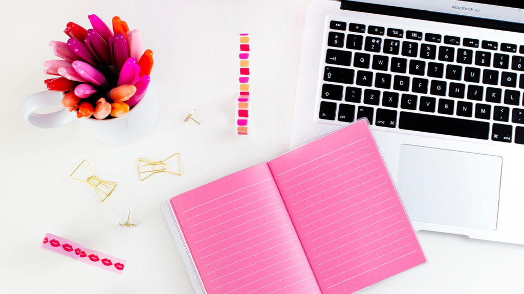 ピンクのノートとパソコンの画像