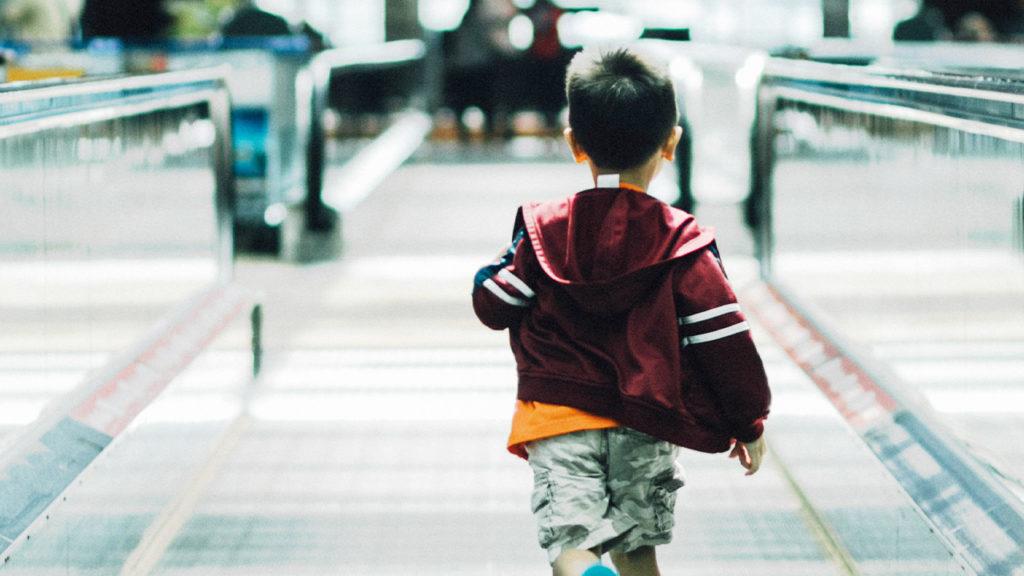子供が空港内を走っている画像