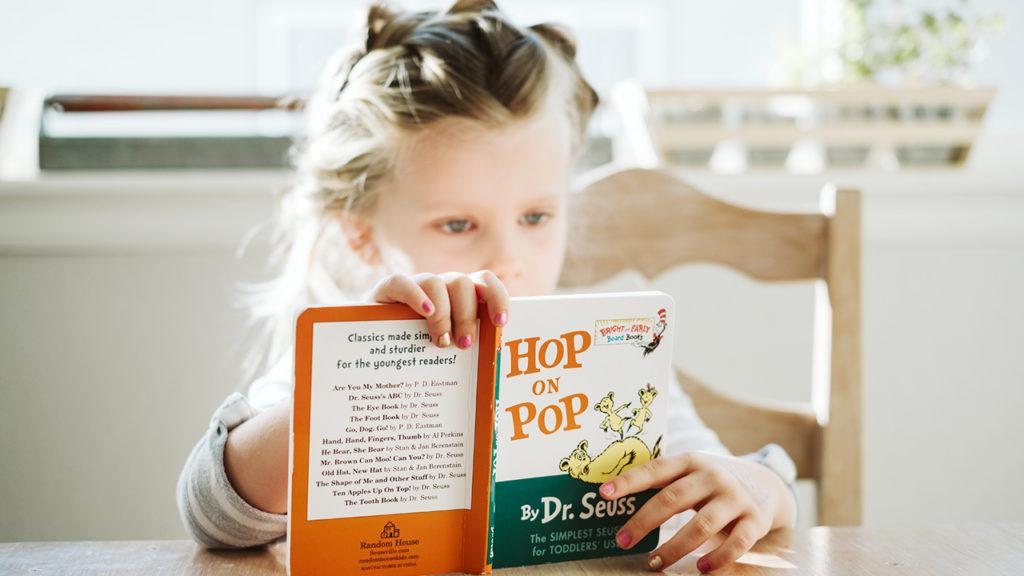 絵本を読んでいる女の子