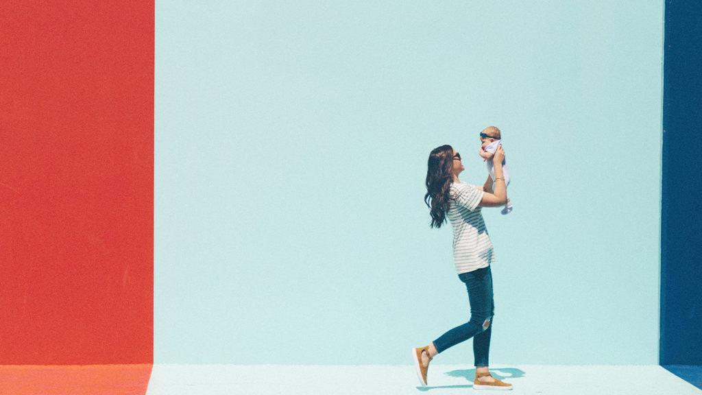 お母さんが赤ちゃんを抱き上げている写真