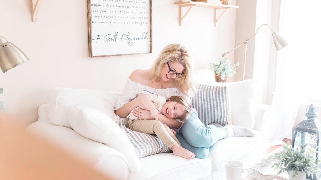 子供と遊んでいるママの画像